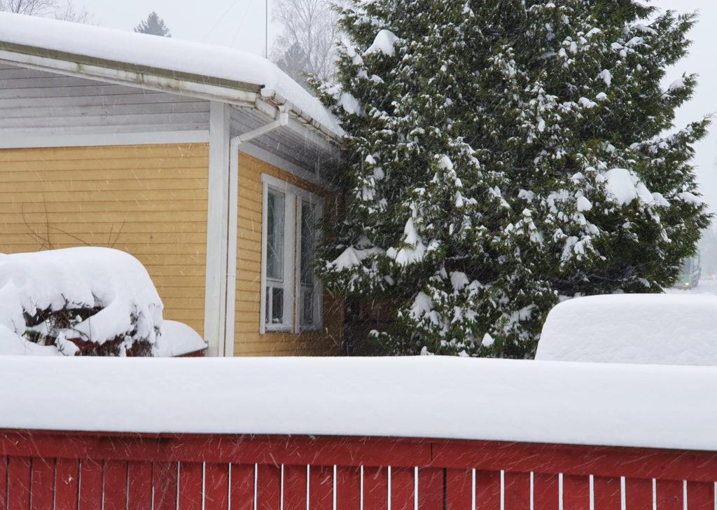 Omakotitalo talvisäässä